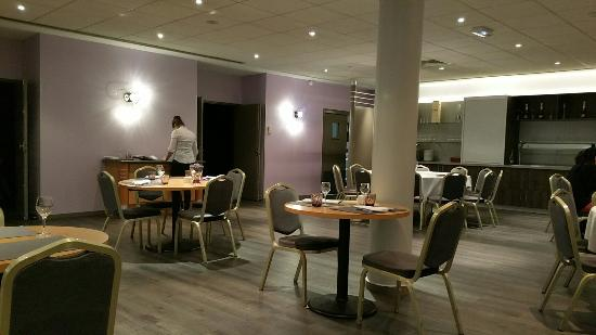 La Tour-de-Salvagny, Francia: The restaurant is just a room with tables. No attempt at atmosphere