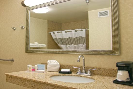 Norfolk, Небраска: Accessible Bathroom with Tub and Grab Bars