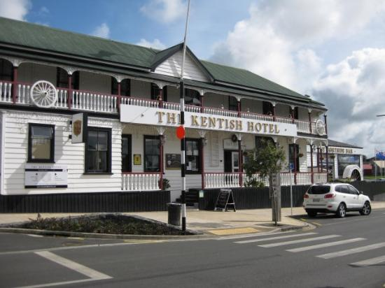 Waiuku, Nieuw-Zeeland: The kentish Hotel from the roadside