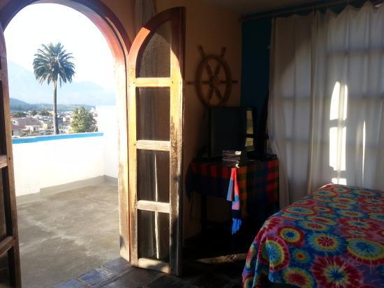 Hostal Chasqui: haitacion doble matrimonial con baño privado, terraza privada buena vista de los volcanes