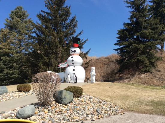 Frankenmuth River Place Shops: The snow men out side of Bronner's Christmas Wonderland