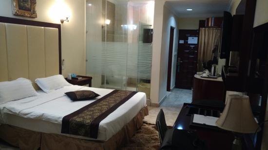 Nyumbani Hotel & Resort Moshi: Bedroom, glass wall with bathroom