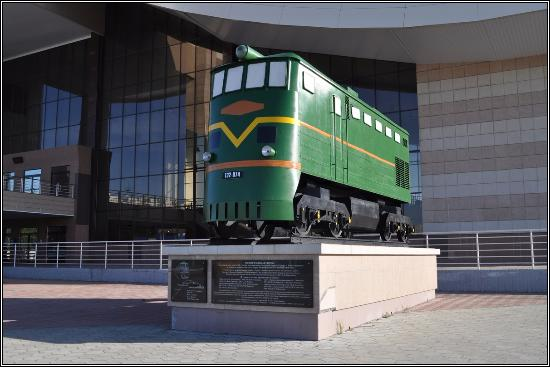 ‪Monument in Honor of the Opening of the Railway Communication in Nizhnevartovsk‬