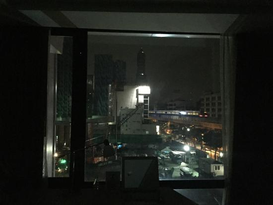 วิค 3 บางกอก: Building side right in front of my window at about 23.00