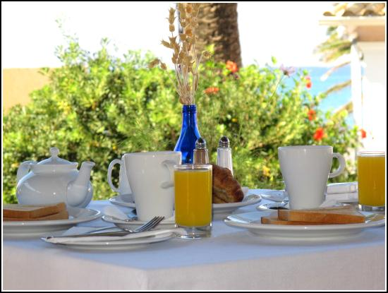 Nafsika Taverna: Breakfast in our open-air veranda.