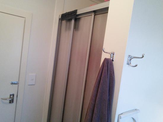 Cambridge, Neuseeland: This shower door was a classic and rare to find. Love real, sturdy hooks within reach, thanks!