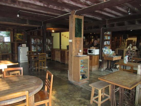 Tanita House: Dining area and shop