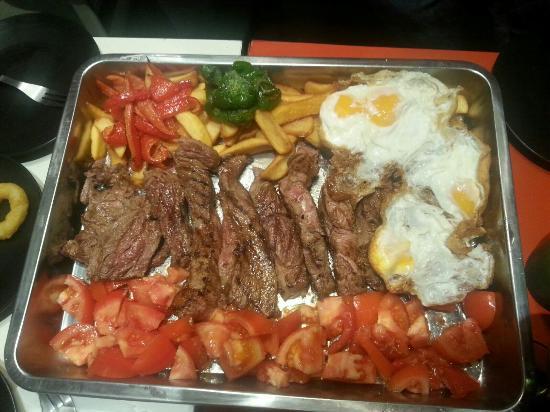 Navaluenga, Spanyol: Bandejote de chuletón de Ávila de 1kg, con 4 huevos fritos, pimientos, patatas fritas y ensalada