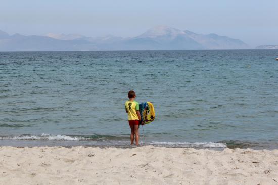 Grecotel Royal Park: Вход пологий, песочек, но попадаются и камешки кое где. Пляж чистый, без тины.