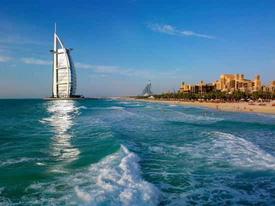 Dubai, Förenade Arabemiraten: Jumeirah beach with the stunning view of Burj Al Arab