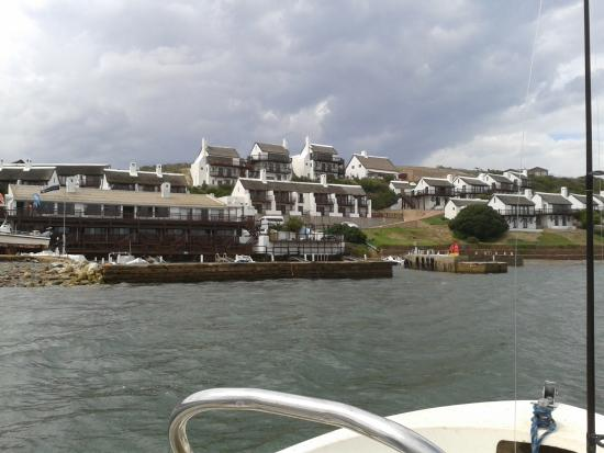The Breede River Resort and Fishing Lodge: Die Breede River Fishing Lodge vom Boot aus