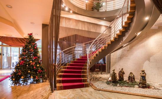 Melia Coral: Christmas decorated hotel lobby