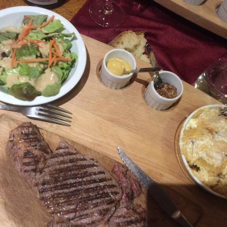 Aranc, França: Très bonne entrecôte avec gratin de pommes de terre et champignons des bois, un régal
