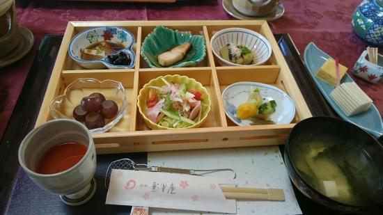 Kadoma, اليابان: 平戸彩月庵でいただいたヒラメの活けずくり❗こんな美味しいヒラメがあるんですねぇ❗平戸牛特有の赤身のステーキは 刺の入ったA5ランク以上の味と柔らかさと風味で最高、これをステーキソース、マスター