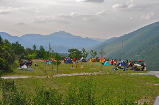 Agriturismo Il Faggio : ampi prati intorno per camper e tende