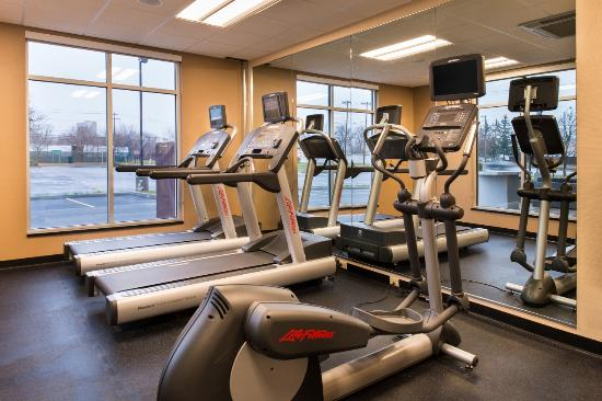 Utica, estado de Nueva York: The modern fitness center includes personal TV's on each machine and free weights