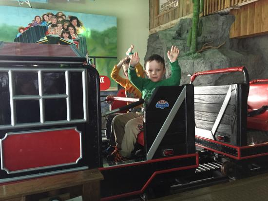 Osage Beach, Μιζούρι: Riding the mine train roller coaster