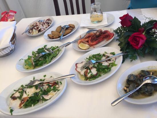Fiumefreddo di Sicilia, Italien: Antipasto e 2 assaggi di primo