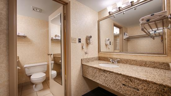 Quality Inn & Conference Centre: Guest Room - Bathroom