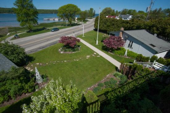 Ephraim, Висконсин: Hillside Inn front gardens
