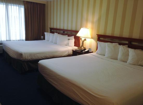 Tally Ho Hotel: 2 King Bed Room