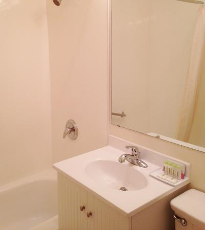 Tally Ho Hotel: Bathroom