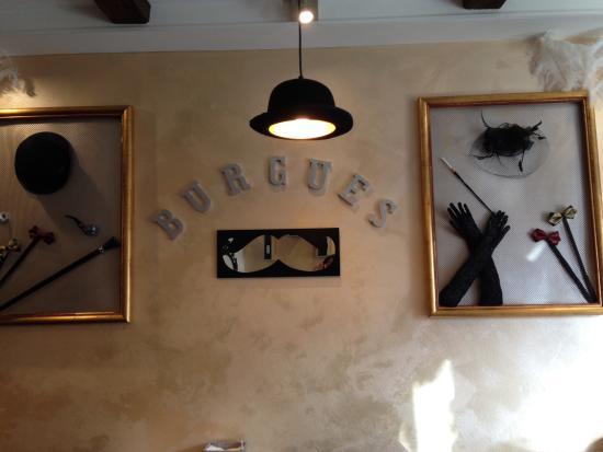 salón comedor con dos cuadros que representan elementos de ...
