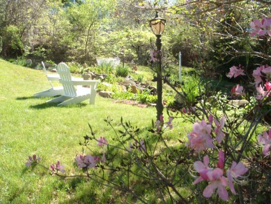 Innisfree Bed & Breakfast By-The-Lake: Innisfree grounds