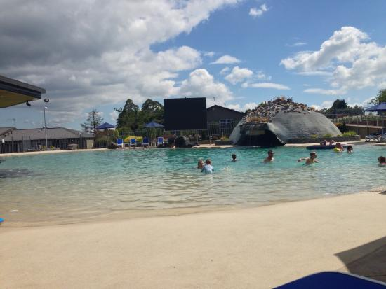 Lake Taupo TOP 10 Holiday Resort: During the day around the pool