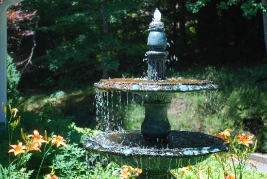 Innisfree Bed & Breakfast By-The-Lake: bird fountain