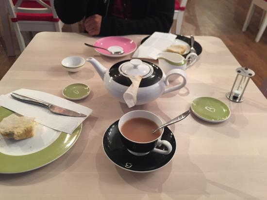 Crowthorne, UK: Lovely crockery, nice, thin China, perfect for tea. Almost has an Alice feel about it.
