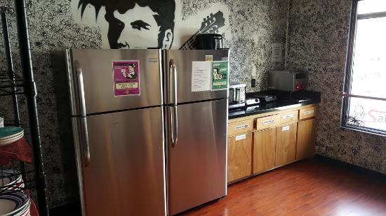 Walk of Fame Hostel: Updated Kitchen