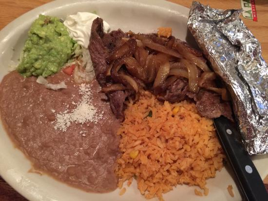 Leesburg, فلوريدا: Shirt steak with onions, sour cream, guacamole, rice and beans