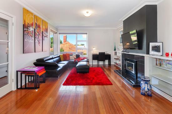 Lounge Room Gas Log Fires - Picture of Lake Wendouree Luxury ...