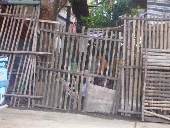 Visayan-øerne, Filippinerne: Security fence inn San Angel Antique Philippines.