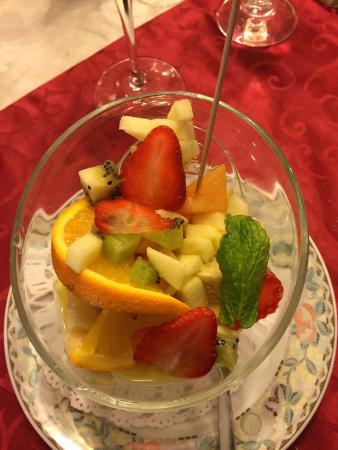 Hesdin, Francia: Salade de fruit frais très bien présentée.