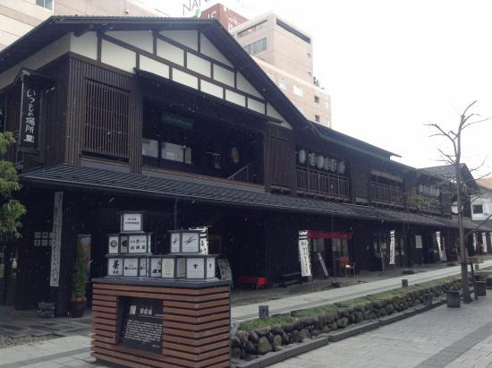 Nanukamachi Gotenzeki: 七日町通りから堰を望む