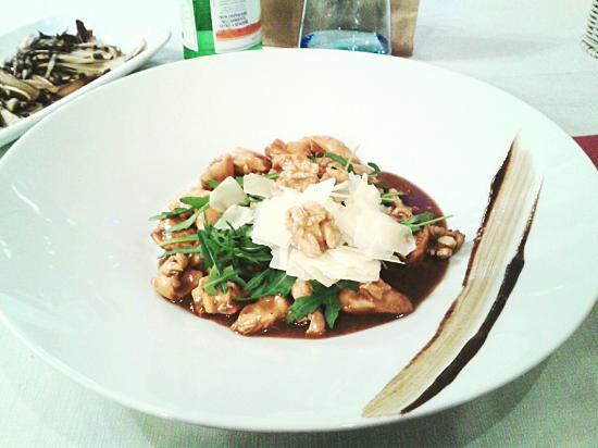 Santa Maria di Sala, Italien: Bocconcini di pollo all'emiliana con rucola, grana, noci, aceto balsamico e radicchio trevigiano