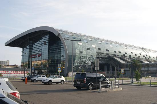 Adler, Russia: Ж/д вокзал Адлера напоминает набегающую волну.