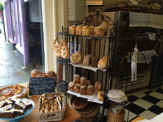 Ashburton, UK: Bread etc in the window at Ella's artisan bakery.