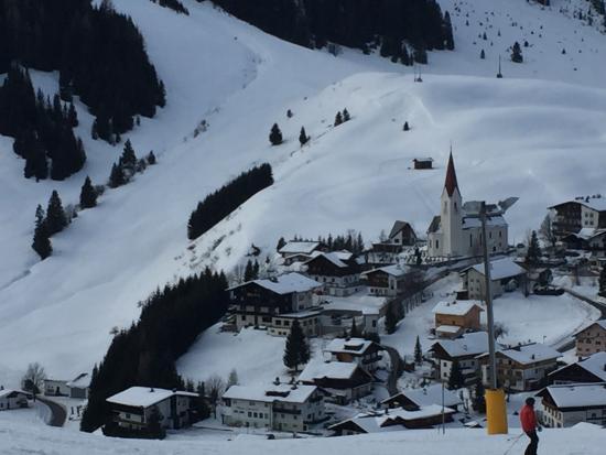 Hotel Blitz: Zicht vanaf de piste op het dorp.