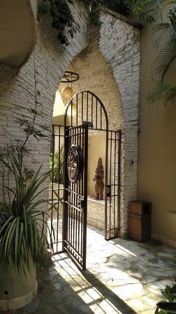 Maya Villa Condo Hotel & Beach Club: entrance gate