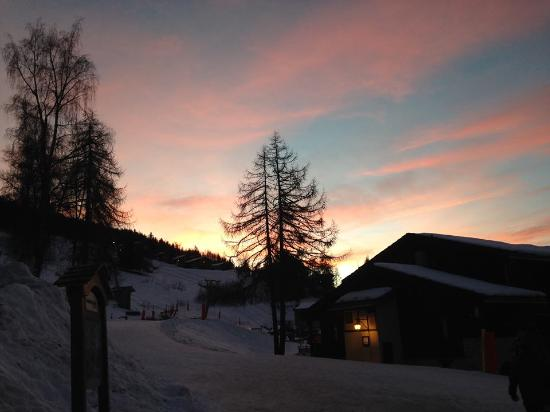 Les Coches, ฝรั่งเศส: view at dusk onto the piste