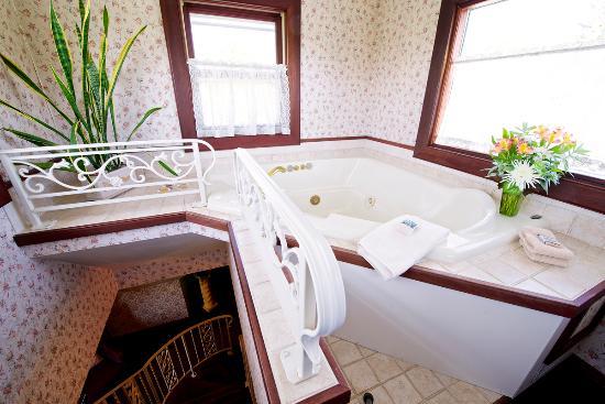 Sturgeon Bay, WI: Eastlake room relaxing whirlpool tub