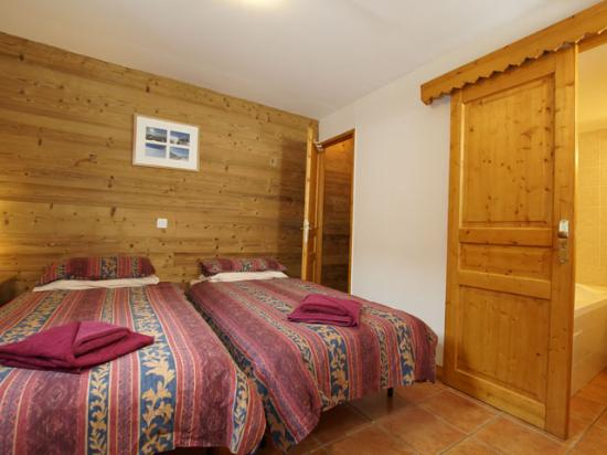Le Bettaix, Frankrijk: Chalets de Bettaix Twin Bedroom with Jacuzzi Bath