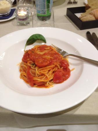 Assago, Italia: Spaghetti con pomodori pachino e basilico.