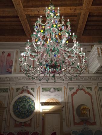 Corrubbio di Negarine, Italia: hall con lampadario
