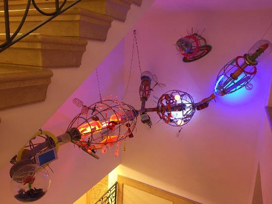 Corrubbio di Negarine, Italia: scultura futurista all'interno dell'hotel