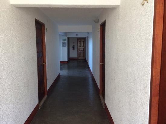 هوتل أورورا: Hallway from our room
