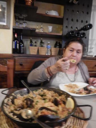 mi mama disfruta la paella